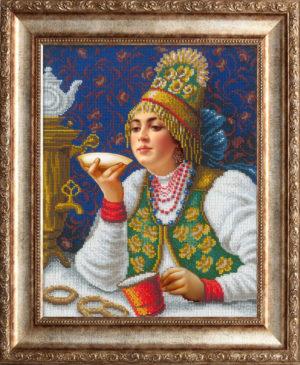 Русская красавица за чаем